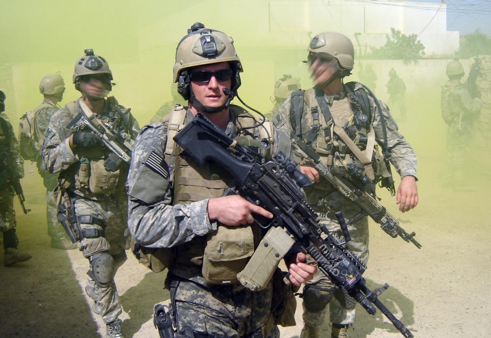 SEALs na patrolu w Iraku. Na pierwszym planie Michael A. Monsoor, odznaczony Medalem Honoru za poświęcenie życia, by ochronić członków oddziału przed eksplozją granatu. (US Navy)