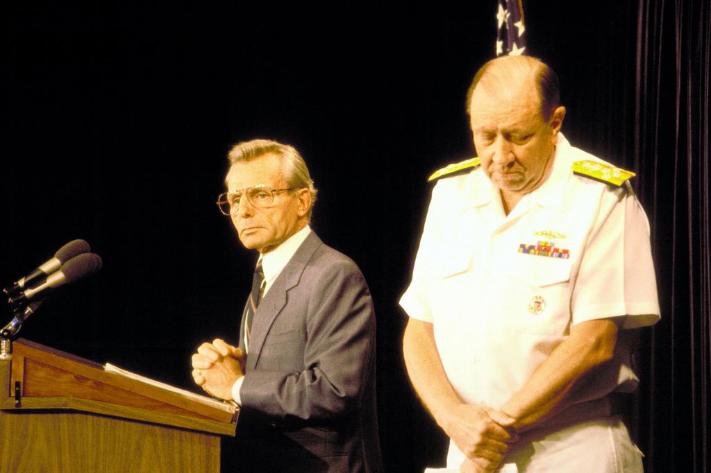 Sekretarz obrony Frank C. Carlucci i przewodniczący Kolegium Połączonych Szefów Sztabów admirał William J. Crowe Jr. na konferencji prasowej w związku ze strąceniem irańskiego Airbusa (rząd federalny USA)