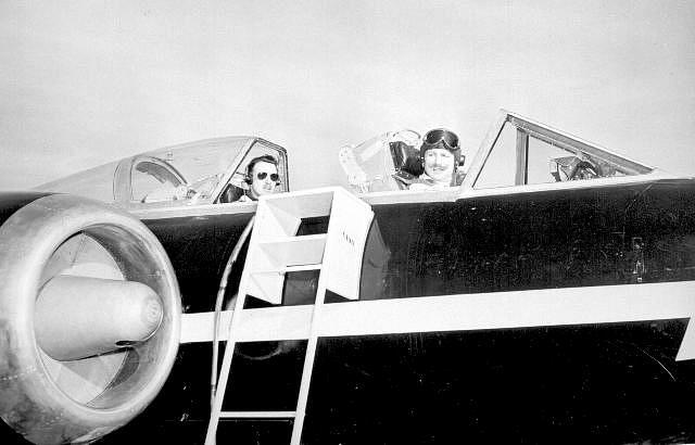 Bill Waterton i Don Rogers szykują się do lotu, podczas którego odpadła osłona kokpitu. Canada Aviation and Space Museum