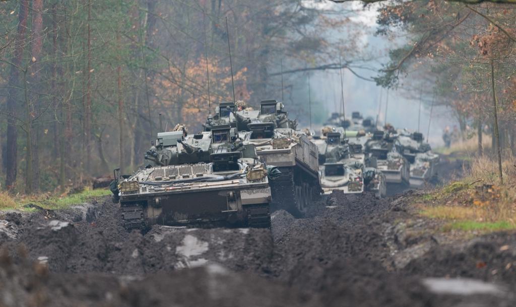 Kolumna bojowych wozów piechoty Warrior przedziera się przez leśne błoto. (fot. SSgt Mark Nesbit RLC (Phot), © MOD / Crown Copyright)