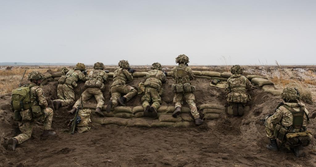 Żołnierze 1. batalionu pułku piechoty Royal Welsh (Royal Welch Fusiliers) wypatrują nieprzyjaciela. (fot. SSgt Mark Nesbit RLC (Phot), © MOD / Crown Copyright)