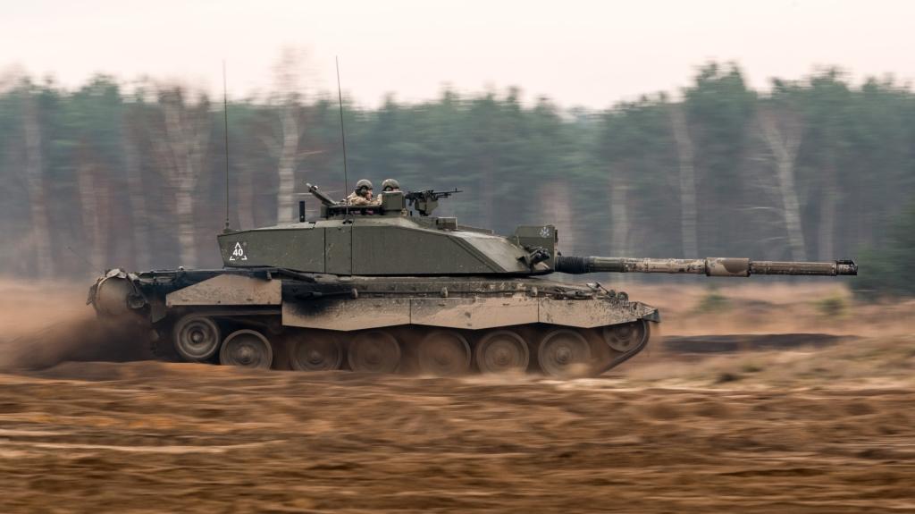 Challenger 2 może rozwinąć w terenie maksymalną prędkość 40 kilometrów na godzinę. Z działem skierowanym do przodu ma długość 11,5 metra (dla porównania Leopard 2A4: 9,7 metra) (fot. SSgt Mark Nesbit RLC (Phot), © MOD / Crown Copyright)
