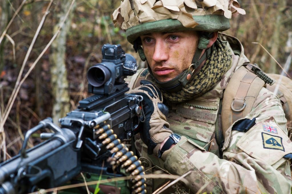 Brytyjski żołnierz z uniwersalnym karabinem maszynowym L7A2 (fot. SSgt Mark Nesbit RLC (Phot), © MOD / Crown Copyright)