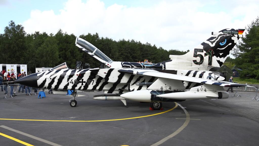 """Pochodzący z tej samej jednostki Tornado 46+57 w malowaniu """"Arctic Tiger"""". Taki pomysł mieli Niemcy na pomalowanie maszyny z okazji zlotu, który w 2013 roku odbywał się w Ørland w Norwegii. Jak łatwo się domyślić, samolot zdobył nagrodę za najlepsze malowanie. (fot. Łukasz Golowanow, konflikty.pl)"""