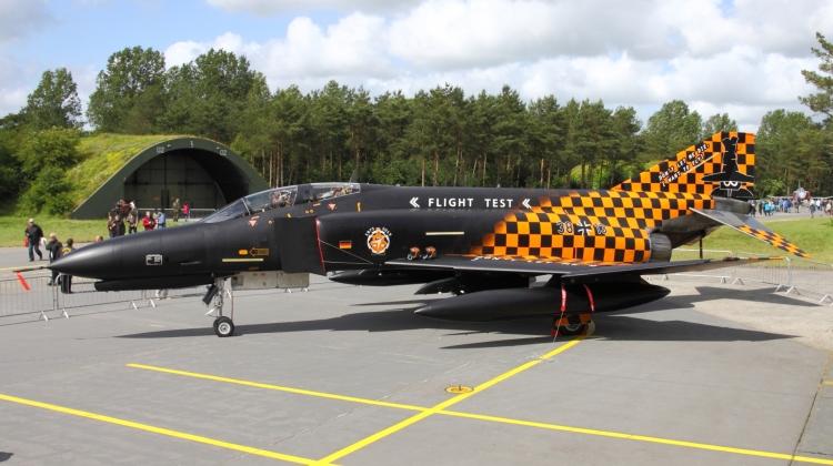 """29 czerwca 2013 roku odbyła się uroczystość zakończenia służby w Luftwaffe przez samoloty F-4 Phantom II. Z tej okazji kilka maszyn tego typu przyozdobiono okolicznościowymi malowaniami. Samolot o numerze 38+13 w malowaniu """"Don't let me die, I want to fly"""" niestety już nigdzie nie poleci. Na stateczniku pionowym widzimy głowę tajemniczego """"Spooka"""", który już we wczesnych latach sześćdziesiątych, dzięki pilotom z amerykańskiej bazy MacDill, stał się powszechną personifikacją F-4 (fot. Łukasz Golowanow, konflikty.pl)"""