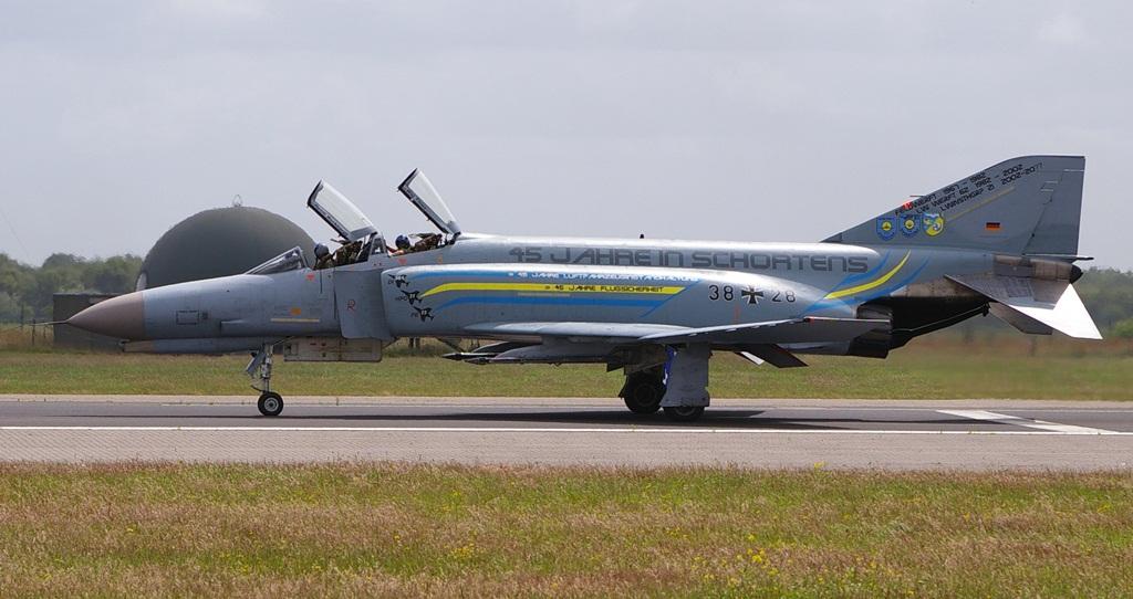 """Phantom 38+28 był z kolei ostatnim samolotem tego typu, który przeszedł przegląd w 21. Grupie Remontowej Luftwaffe w Schortens, i ostatnim, który wystartował z bazy Jever przed jej zamknięciem. Na stateczniku pionowym widzimy również oznaczenia innych jednostek remontowych, które opiekowały się niemieckimi """"Nosorożcami"""". Oznaczenia przy sylwetkach na wlotach powietrza oznaczają, że w ciągu czterdziestu pięciu lat ta jednostka techniczna wykonała na flocie F-4F 361 przeglądów generalnych, 31 przeglądów po wylataniu określonej ilości godzin i 23 przeglądy okresowe. (fot. Maciej Hypś, konflikty.pl)"""