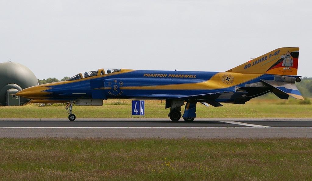 """F-4 37+01 nosi hasło """"First In – Last Out""""; ten konkretny egzemplarz był pierwszym F-4F dostarczonym do Luftwaffe w 1973 roku i wiernie służył przez te wszystkie lata, a w czasie uroczystości pożegnalnej wylądował jako ostatni.  (fot. Maciej Hypś, konflikty.pl)"""
