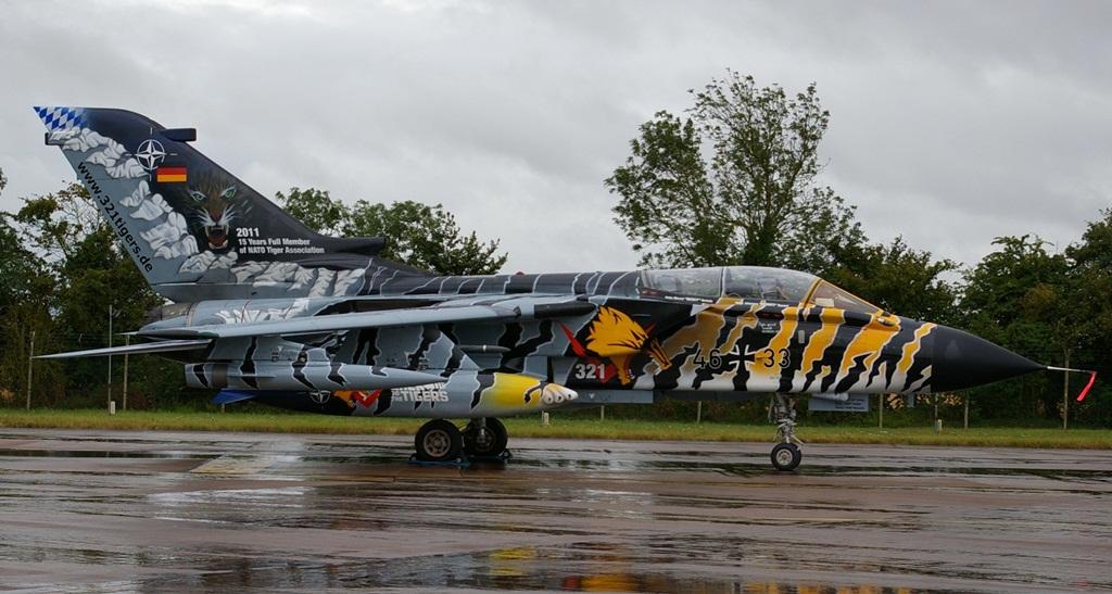 Współcześnie znaczną grupę stanowią malowania tygrysie. Organizacja NATO Tiger Meet, wbrew nazwie, nie stanowi elementu struktur Sojuszu Północnoatlantyckiego, ale swego rodzaju cech lub samorząd zrzeszający eskadry lotnicze, które w godle mają wizerunek tygrysa. Jak przekonamy się później, są też nieliczne wyjątki. Tradycją tej organizacji jest przyozdabianie samolotów biorących udział w zlotach Tiger Meet w malowania nawiązujące do tygrysów. Widoczny na zdjęciu Tornado 46+33 pochodzi z 321. Eskadry Myśliwsko-Bombowej, rozwiązanej w 2012 roku. Malowanie to, prezentowane w roku 2011, jest ostatnim, w jakim samolot z tej eskadry zaprezentował się na zlocie przed rozformowaniem jednostki. (fot. Maciej Hypś, konflikty.pl)