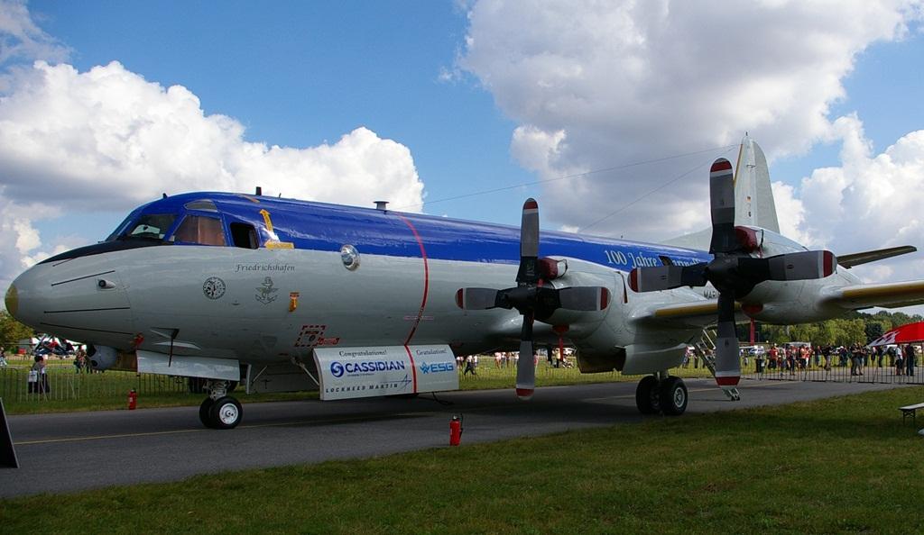 """Nie tylko samoloty Luftwaffe przystrajane są specjalnymi malowaniami. W 2013 roku obchodzono setną rocznicę utworzenia niemieckiego lotnictwa morskiego. Z tej okazji kilka maszyn tamtejszej marynarki wojennej otrzymało barwne malowania. Ten P-3 Orion 60+01 ma nazwę własną """"Friedrichshafen"""", a na tylnej części kadłuba umieszczono napis """"100 Jahre Marineflieger"""". Na włazach komory torpedowej widzimy gratulacje od producentów samolotu i jego wyposażenia.  (fot. Maciej Hypś, konflikty.pl)"""