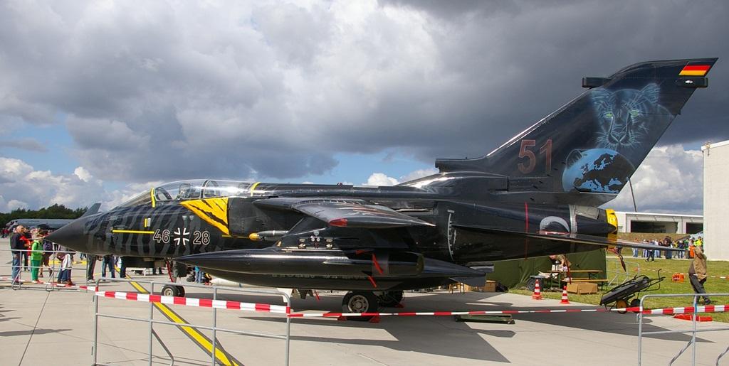"""Pełnoprawnym niemieckim członkiem Tiger Meetu jest za to 51. Skrzydło Lotnictwa Taktycznego, przemianowane z 51. Skrzydła Rozpoznawczego, noszące przydomek """"Immelmann"""" na cześć asa z pierwszej wojny światowej. Co ciekawe, i ta jednostka ma w godle nie tygrysa, ale pumę. Tornado 46+28 ma na dodatkowym zbiorniku paliwa napis """"Tiger Spirit"""", co jest oznaką zdobycia przez załogę nagrody o tym samym tytule, za okazanie w czasie ćwiczeń prawdziwego ducha tygrysa. Malowanie z 2014 roku. (fot. Maciej Hypś, konflikty.pl)"""