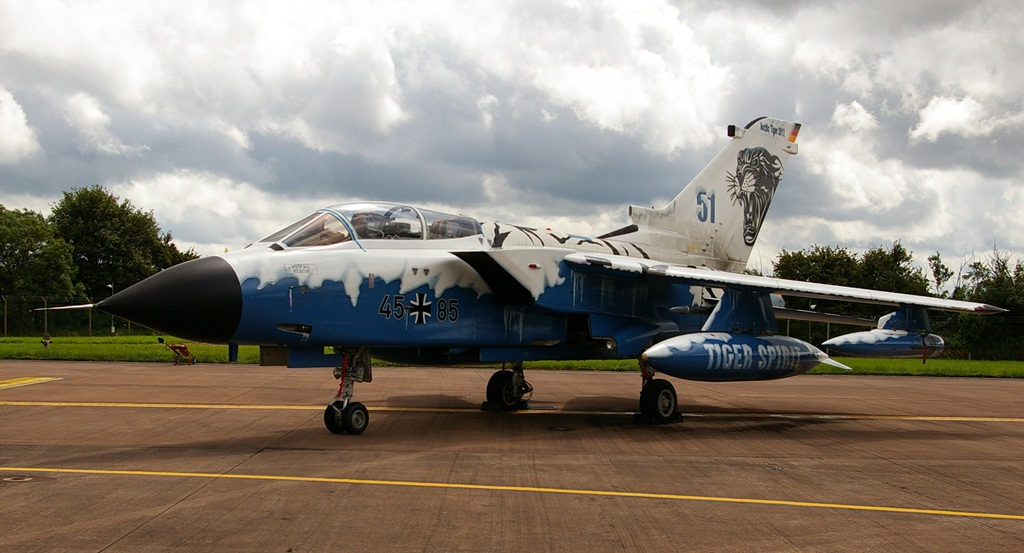 """Także rok wcześniej spotkanie tygrysich eskadr odbyło się w Norwegii, zresztą w tej samej bazie. Na zdjęciu arktyczny tygrys Tornado 45+85 z dodatkowym oznaczeniem """"Tiger Spirit"""" na zbiorniku paliwa. (fot. Łukasz Golowanow, konflikty.pl)"""