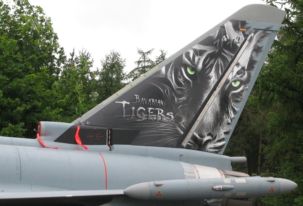 Oczywiście nie zawsze i nie wszystkie samoloty uczestniczące w NATO Tiger Meet są w całości malowane w odpowiednie barwy. Częstokroć artyści ograniczają się do dodania tygrysich akcentów w określonych miejscach. Tu widzimy przykład pomalowania statecznika pionowego na Eurofighterze 30+29 należącym do 74. Skrzydła Myśliwskiego. Jeśli się dobrze przyjrzeć, na czubku głowy tygrysa zobaczymy numery eskadr: 741. i 742. (Maciej Hypś, konflikty.pl)