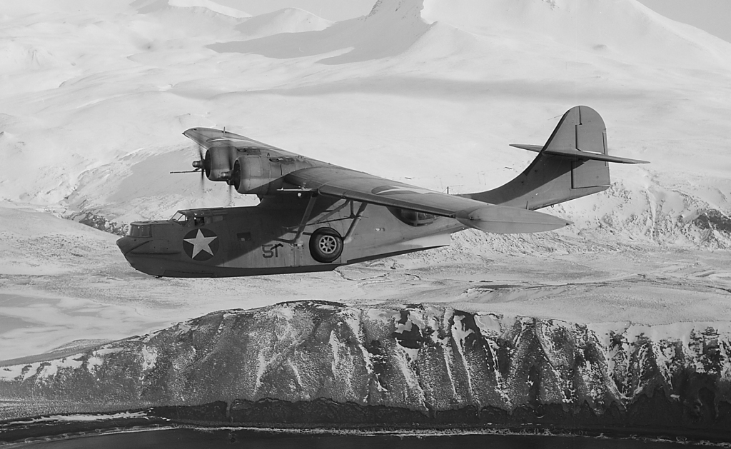 PBY-5A Catalina nad Aleutami. (fot. Horace Bristol, National Archives and Records Administration)