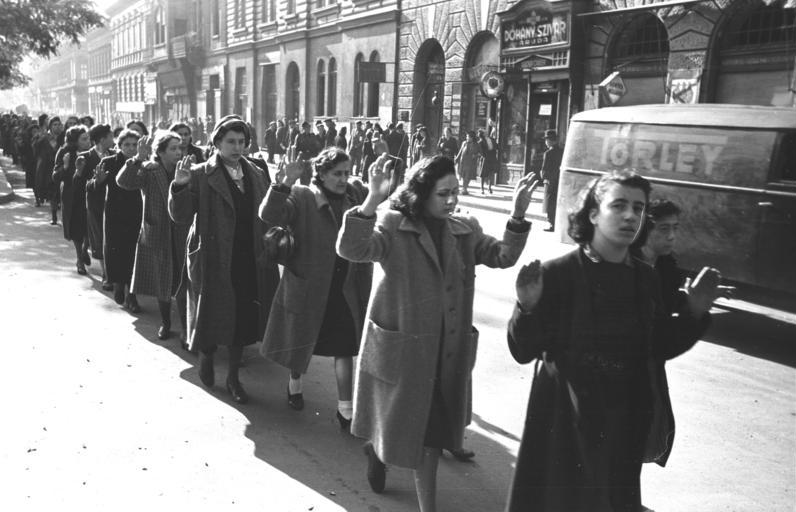 Pojmane budapeszteńskie Żydówki na ulicy Wesselényiego, październik 1944 roku (fot. Bundesarchiv, Bild 101I-680-8285A-08 / Faupel / CC-BY-SA)