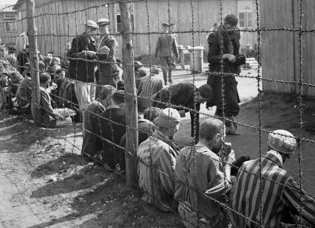 Więźniowie obozu Bergen-Belsen krótko po wyzwoleniu przez wojska brytyjskie (fot. No 5 Army Film & Photographic Unit, Oakes, H)
