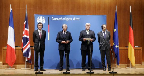 Javier Solana oraz ministrowie spraw zagranicznych: Francji (Philippe Douste-Blazy), Wielkiej Brytanii (Jack Straw) i Niemiec (Frank-Walter Steinmeier) na konferencji prasowej po spotkaniu w sprawie irańskiego programu nuklearnego w styczniu 2006 roku (fot. US Department of State)