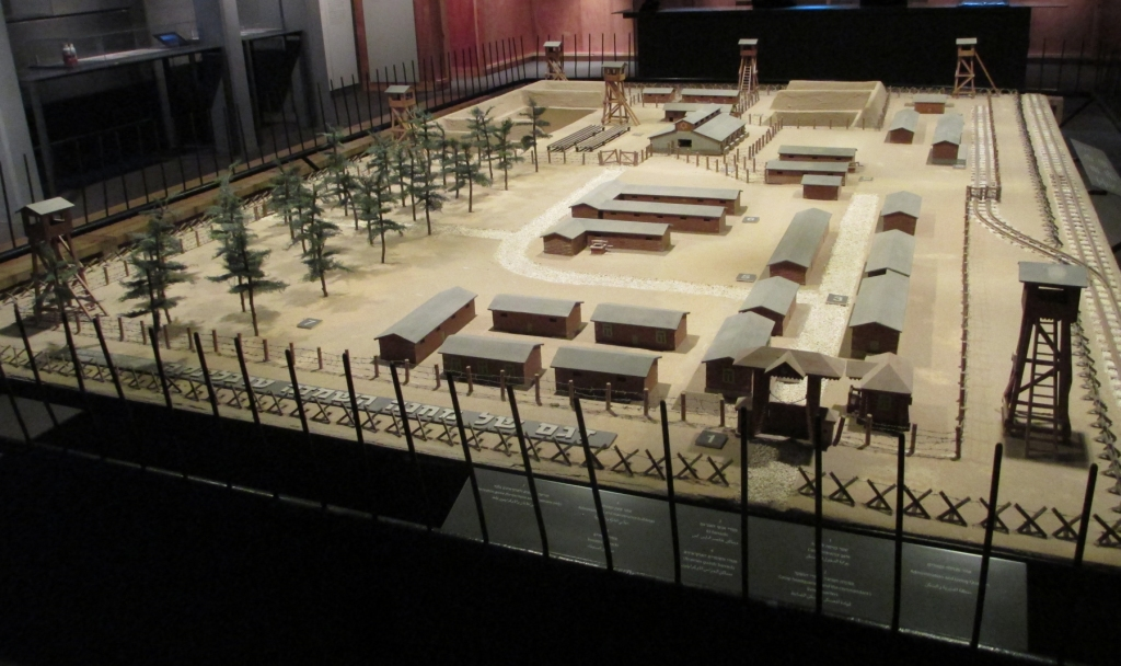 Makieta obozu zagłady w Treblince w Muzeum Bojowników Getta w Izraelu (fot. Dr. Avishai Teicher Pikiwiki Israel na licencji Creative Commons Uznanie autorstwa 2.5, via Wikimedia Commons)