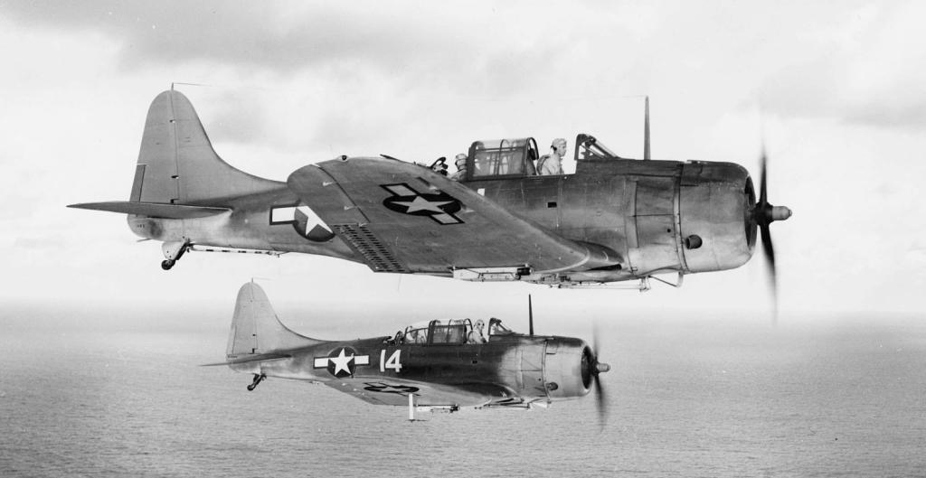 Para Douglasów SBD-5 Dauntlessów z eskadry VB-5 powracająca na lotniskowiec USS Yorktown (CV-10) po bombardowaniu wyspy Wake, 5 października 1943 (fot. U.S. Navy National Museum of Naval Aviation)