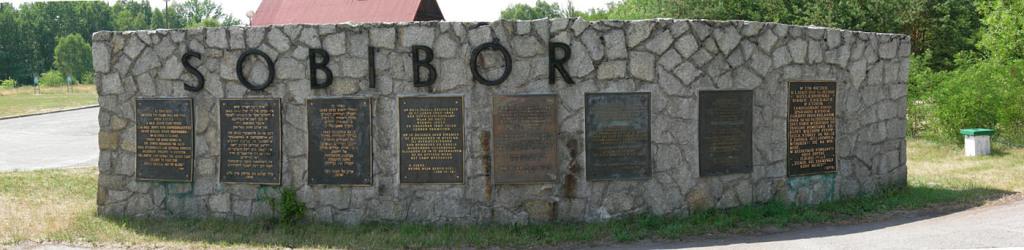 Tablice przy wejściu do obozu koncentracyjnego Sobibor (fot. Jacques Lahitte na licencji Creative Commons Uznanie autorstwa 3.0, via Wikimedia Commons)