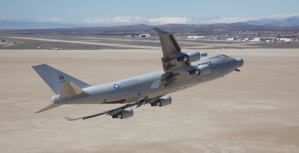 YAL-1 szykuje się do niskiego przelotu nad bazą Edwards przed wyruszeniem w ostatnią drogę do bazy Davis-Monthan (fot. U.S. Air Force / Bobbi Zapka)