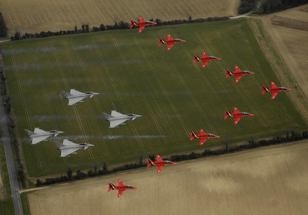 Z czwórką Typhoonów podczas ćwiczeń przed uroczystym przelotem z okazji 90. rocznicy powstania RAF-u (fot. Cpl Andy Benson / RAF / Open Government License)