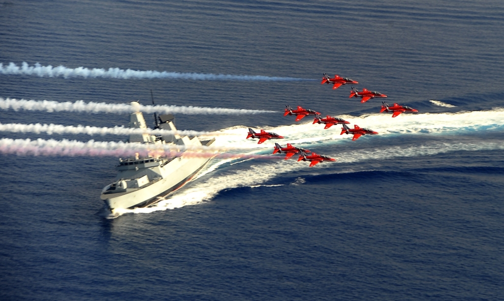 Red Arrows nad niszczycielem HMS Diamond (fot. L(Phot) Pepe Hogan / Royal Navy / Open Government License)