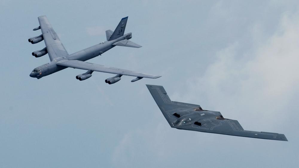 Tu z kolei dwa pokolenia w drugą stronę, B-52 jest protoplastą, a B-2 Spirit – najnowocześniejszym bombowcem świata. U.S. Air Force photo/Staff Sgt. Samuel Rogers