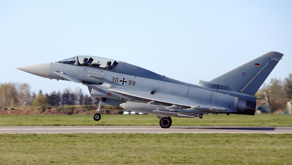 …i dwumiejscowy 30+99 (GT023). Jest to jeden z najmłodszych  Eurofighterów w Luftwaffe – oblatany w lipcu 2013 roku.