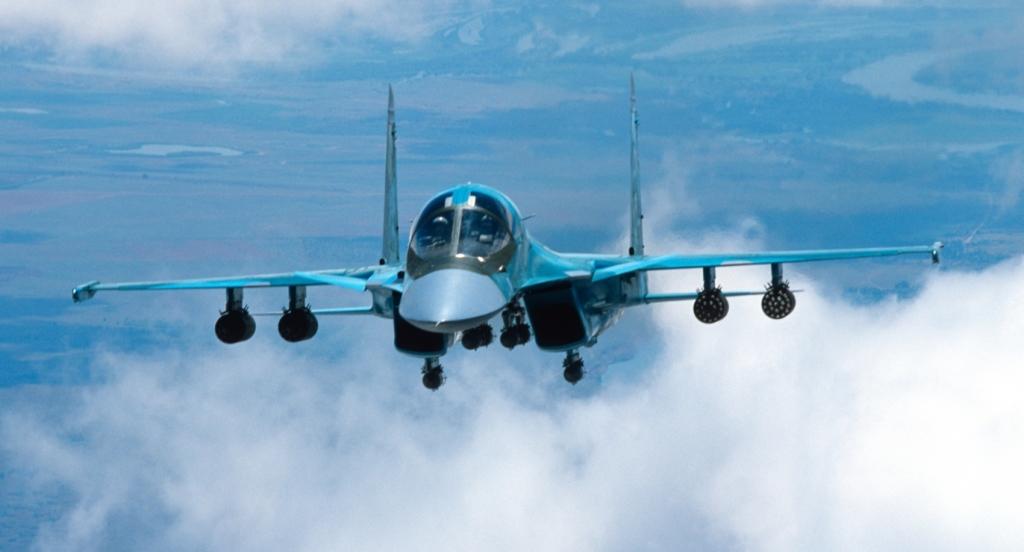 Su-34 w locie. Pod skrzydłami widoczne wieloprowadnicowe wyrzutnie niekierowanych pocisków rakietowych (fot. PAO Kompanija Suchoj)