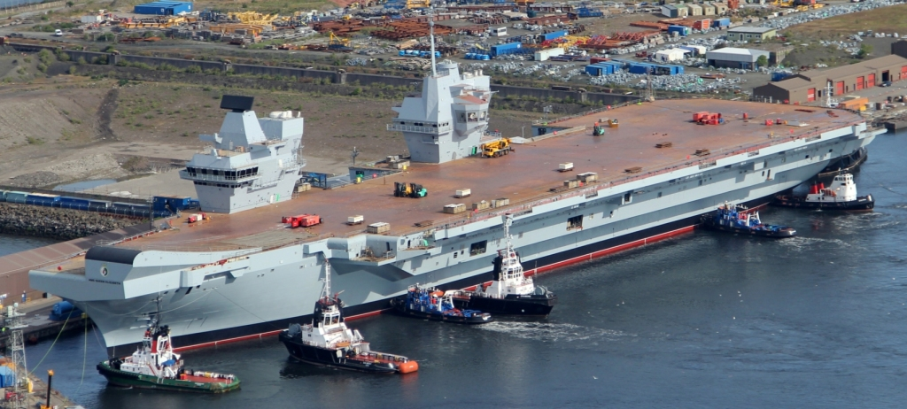 HMS Queen Elizabeth po raz pierwszy opuszcza swój dok w Rosyth (fot. MoD / Crown copyright 2014 / Open Government License)