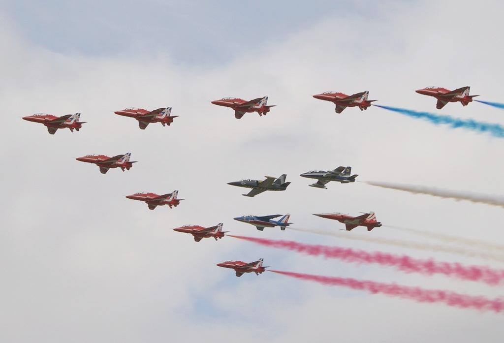 Wspólny przelot z liderami Breitling Jet Teamu, Patrouille de France, Patrouille Suisse i Frecce Tricolori w ramach obchodów 50. rocznicy powstania Red Arrows (fot. Maciej Hypś, Konflikty.pl)