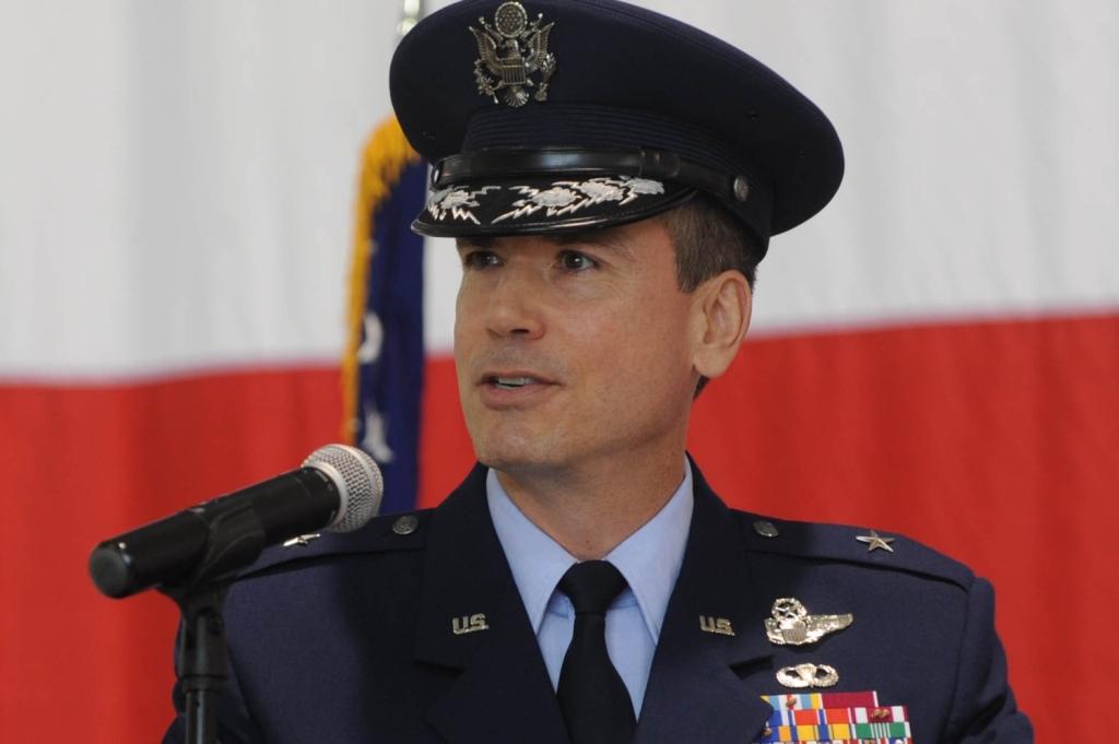 Generał brygady Paul W. Tibbets IV przemawia na ceremonii przekazania dowództwa (fot. US Air Force / Staff Sgt. Alexandra M. Longfellow)