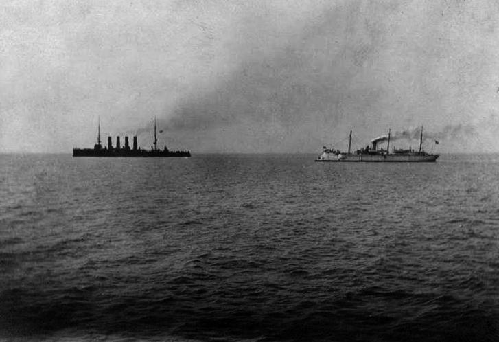 Okręty rosyjskie przed bitwą.  Po lewej w tle Wariag, po prawej na pierwszym planie Koriejec