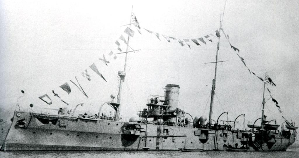 Japoński krążownik Chiyoda w gali banderowej