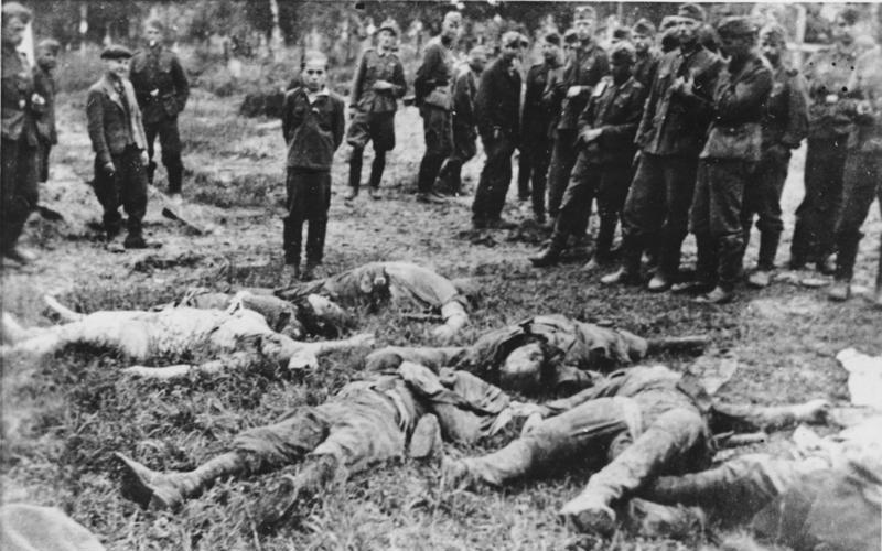 Zanim zaczął się Holokaust na Wschodzie | Konflikty.pl | Rodzina zamordowana przez Einsatzgruppe w Zborowie. Chłopca stojącego nad zwłokami krewnych zabito jako ostatniego (fot. Bundesarchiv, Bild 183-A0706-0018-030 / CC-BY-SA 3.0)