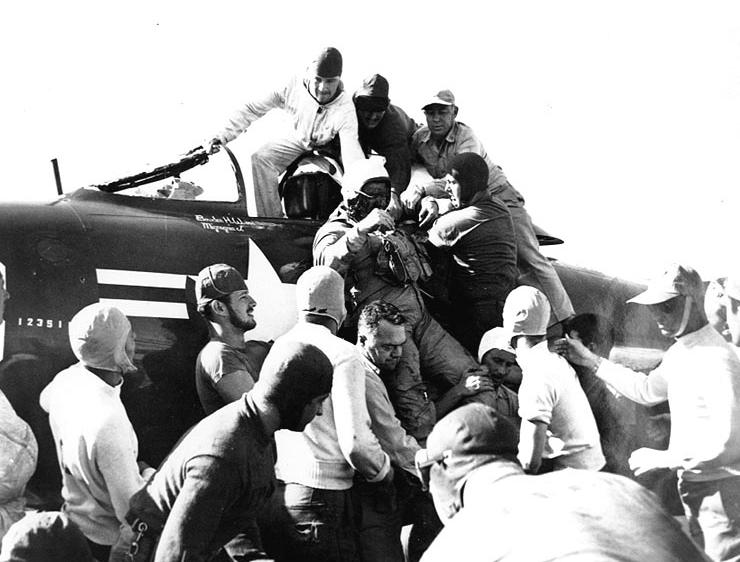 Wyciąganie Jacksona z kokpitu Panthera (fot. National Archives, nr 80-G-439862 )