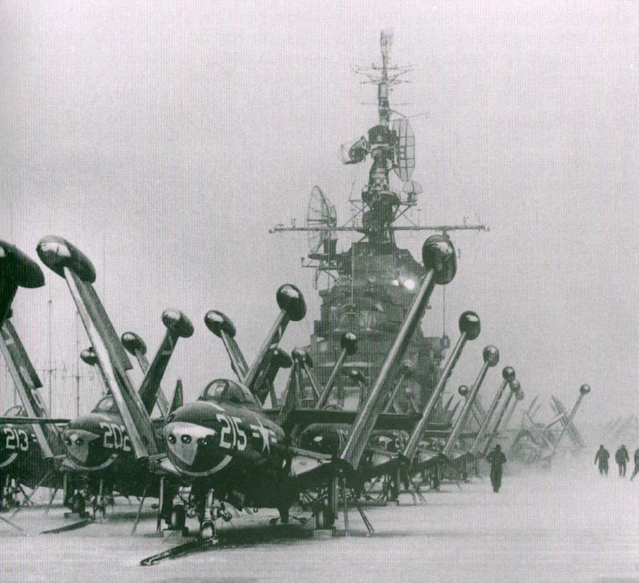 F9F Panthery na pokładzie USS Philippine Sea (CV-47) podczas wojny koreańskiej, około dwóch miesięcy po opisywanych tu wydarzeniach (fot. National Archives, nr 80-G-439871)