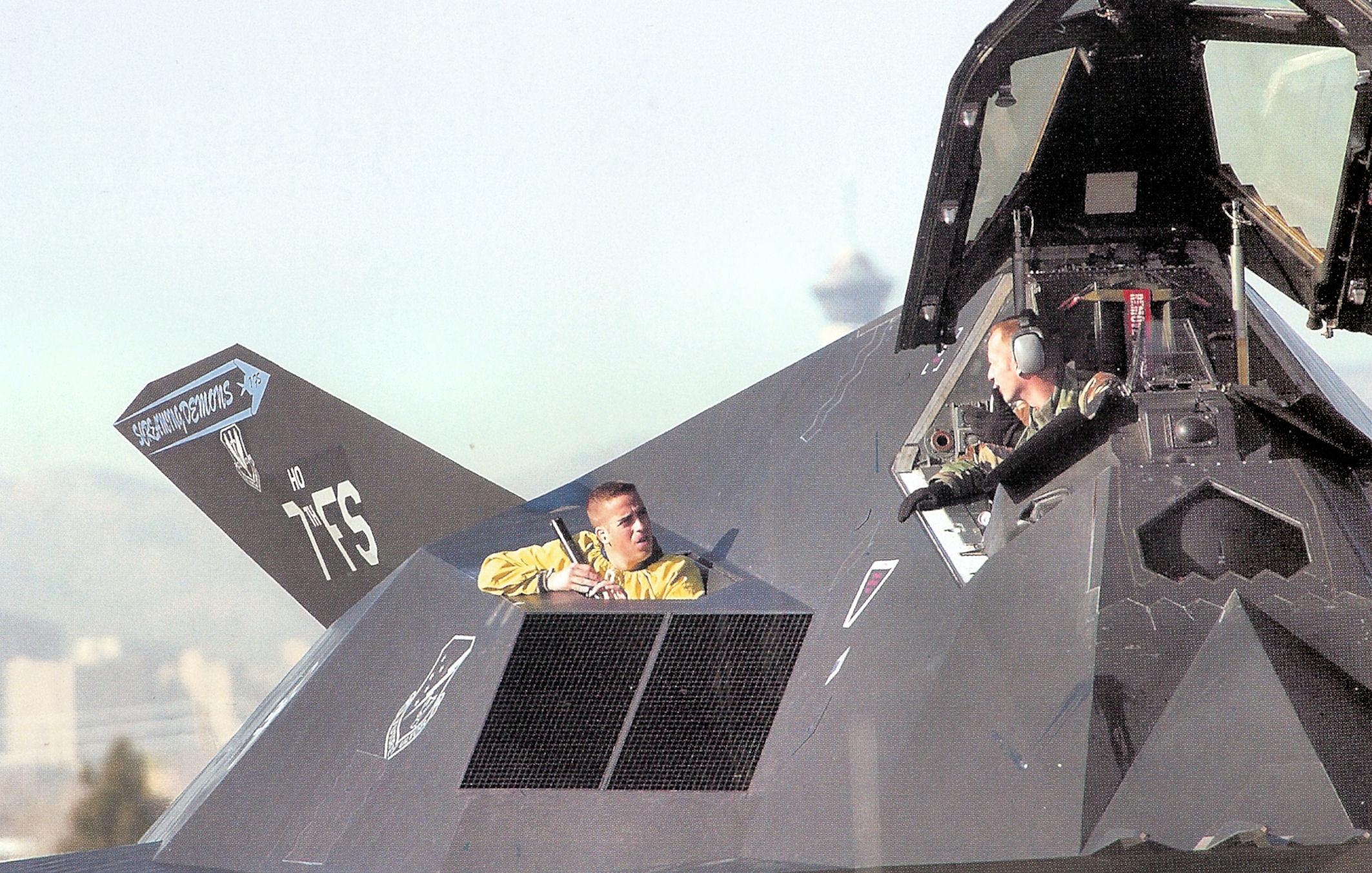 Największą wadę F-117 stanowiło to, jak wymagający był w kwestii obsługi naziemnej. Na każdą godzinę lotu potrzebne było sto siedemnaście godzin pracy mechaników. Wynikało to wprost z bezkompromisowości projektu. (fot. US Air Force)