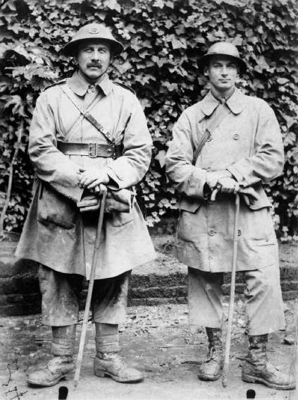 Kapitan Bernard L. Montgomery i inny oficer brytyjskiej 35. Dywizji (fot. Imperial War Museums)
