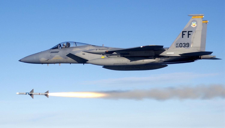 Odpalenie pocisku AIM-7 Sparrow przez F-15C (fot. US Air Force / Master Sgt. Michael Ammons)