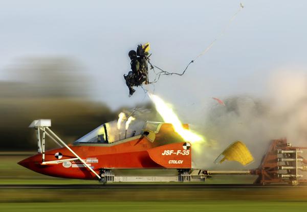 hełm pilota f-35 | Testy fotela wyrzucanego US16E (fot. Martin-Baker)