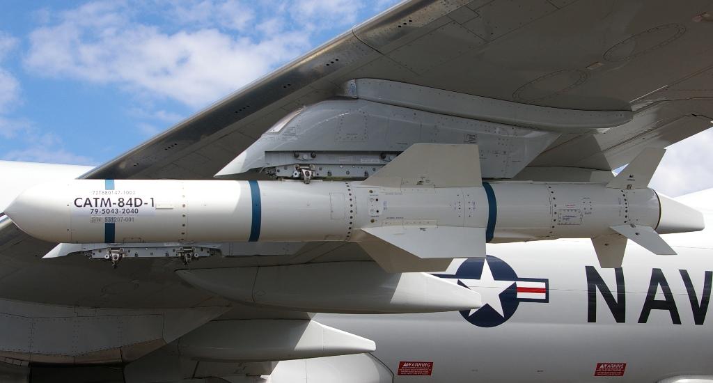 Harpoon w wersji ćwiczebnej nieodpalanej (Captive Air Training Missile) podwieszony pod skrzydłem samolotu P-8 Poseidon (Maciej Hypś, konflikty.pl)
