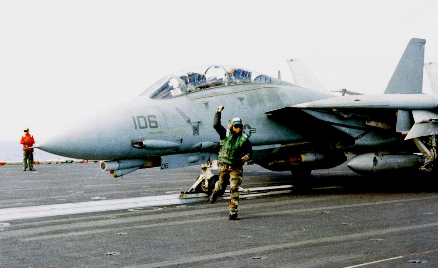 """F-14 tuż przed startem z lotniskowca USS Theodore Roosevelt (CVN 71) na lot bojowy w ramach operacji """"Allied Force"""", 5 maja 1999 (fot. US Navy / Petty Officer 2nd Class Bobby McRill)"""