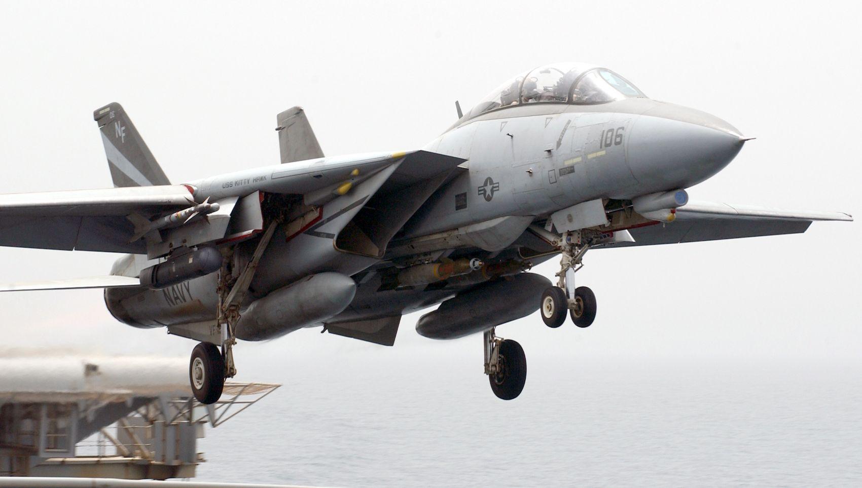 F-14 Tomcat startuje z lotniskowca USS Kitty Hawk (CV 63) (fot. US Navy / Photographer's Mate 3rd Class Todd Frantom)