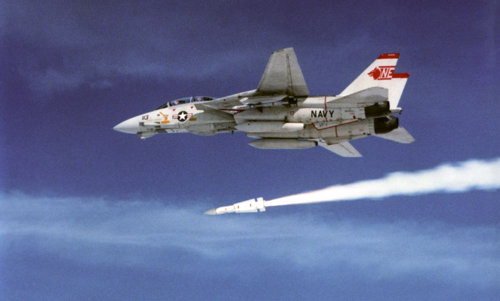 "F-14A z eskadry VF-1 ""Wolfpack"" odpala pocisk AIM-54 Phoenix (fot. US Navy / National Archives and Records Administration)"