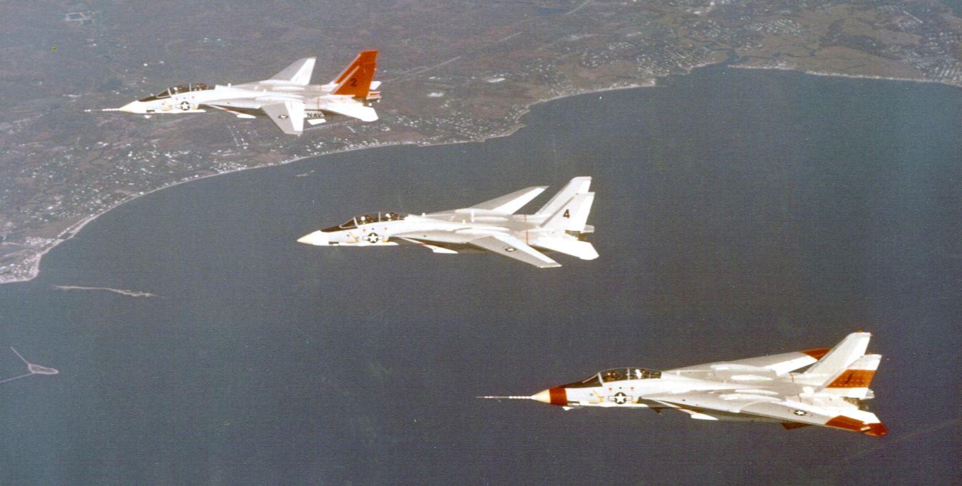 Trzy prototypy F-14 pokazują trzy konfiguracje skosu skrzydeł. Maszyny na zdjęciu to (od góry): BuNo 157982, BuNo 157984 i BuNo 157981 (fot. US Navy)