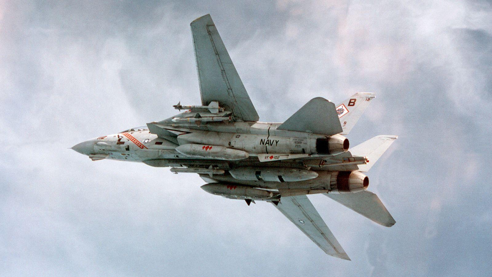 F-14A z zasobnikiem TARPS (fot. US Navy / Lt. Chuck Radosta)