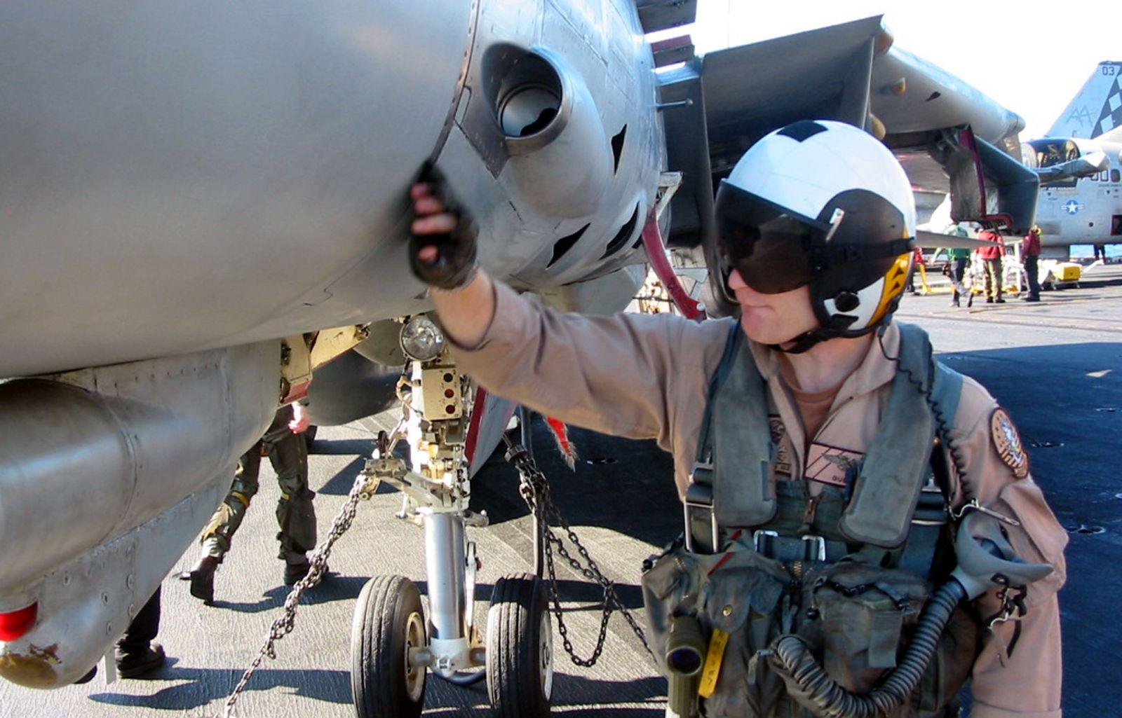 Pilot F-14 sprawdza swoją maszynę przed zajęciem miejsca w kabinie; nad jego dłonią dobrze widać kanał wylotowy działka (fot. US Navy / Photographer's Mate 3rd Class Nathaniel Balos)