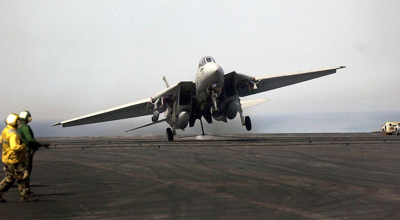 """Twarde lądowanie F-14D po locie bojowym w ramach operacji """"Iraqi Freedom"""", 15 kwietnia 2003 (fot. U.S. Navy / Photographer's Mate 2nd Class Felix Garza Jr.)"""