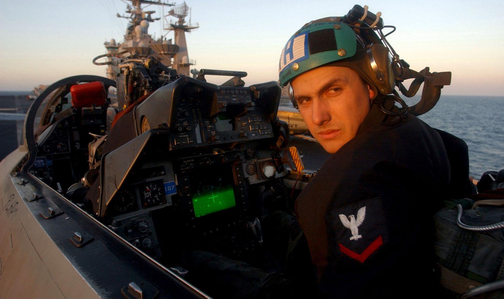 Mechanik sprawdza działanie zasobnika LANTIRN w kabinie F-14B na pokładzie USS Harry S. Truman (CVN 75) (fot. US Navy / Photographer's Mate Airman Ricardo J. Reyes)